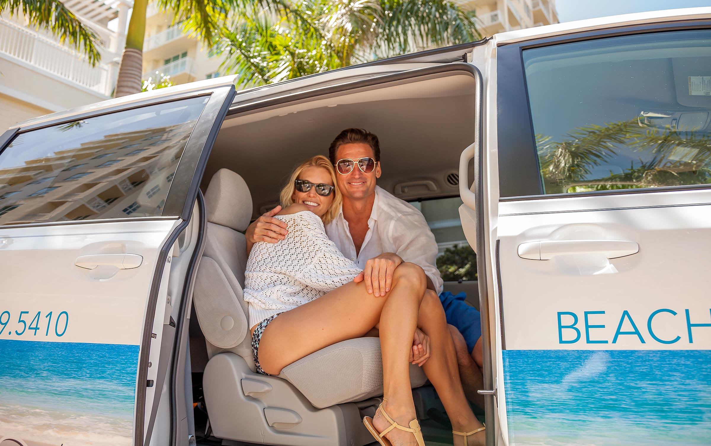 Lifestyle-Couple-Arriving-Van-Miami-Beach
