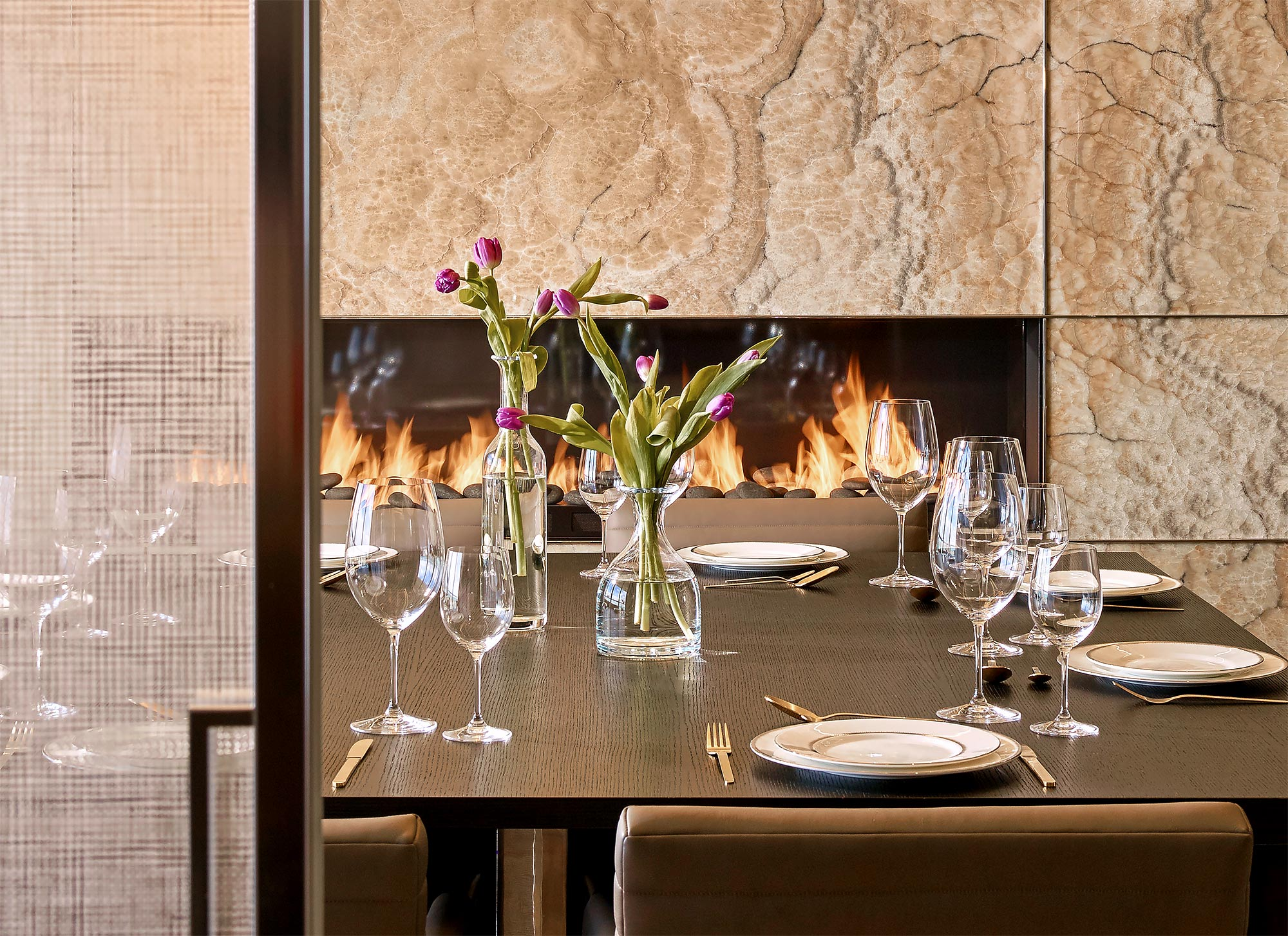 St-Regis-Bal-Harbour-Dining-Detail-Onyx-Wall-Fireplace